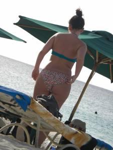 Brunette-with-great-booty-with-friends-on-beach-77cdnn6z7a.jpg