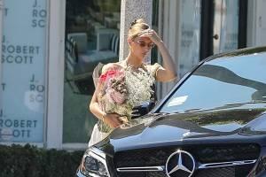 Bella-Hadid-Leaving-a-floral-shop-in-LA-Aug-4--m7cqw2xvha.jpg