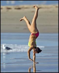 Woman-in-bikini-running-around-on-the-beach-k7fae1inse.jpg