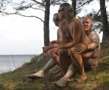 The-Legendary-Ulf-Larsen-Outdoors-With-2-Sexy-Teen-Sluts-s7gr0r6isx.jpg