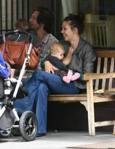 Maggie-Gyllenhaal-breastfeeds-07hpvw4kkm.jpg