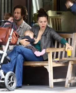 Maggie-Gyllenhaal-breastfeeds-f7hpvw236i.jpg
